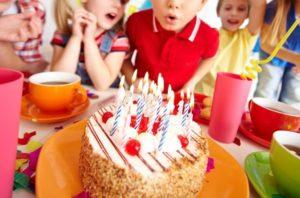 i-bambini-che-soffia-candele-sulla-festa-di-compleanno_1098-1342